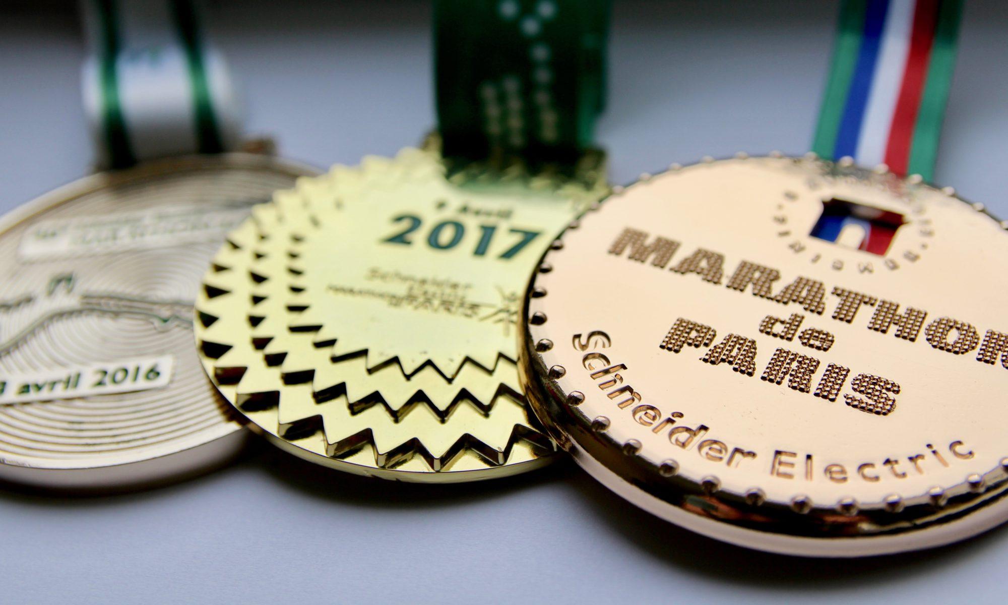 Die Medaillen der Paris-Marathons 2016, 2017 und 2018.
