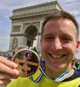 Da ist das Ding! Die Medaille vom Paris-Marathon 2018.